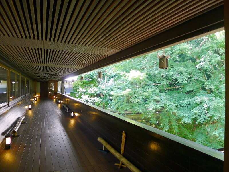 東府や Resort&Spa Izuの緑がまぶしい渡り廊下