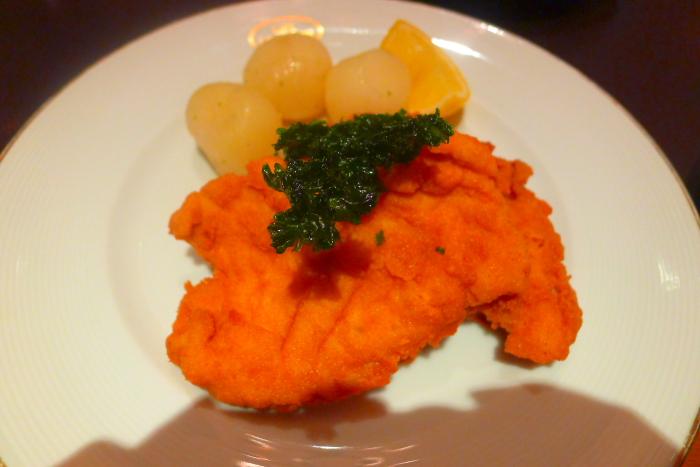 表参道カフェラントマンのディナーのメイン料理「ヴィーナーバックフーン」