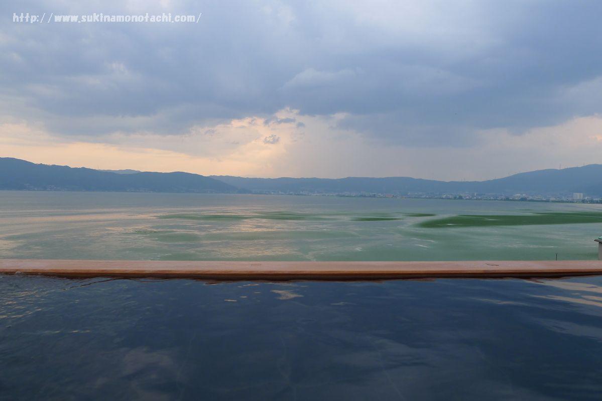 萃 sui-諏訪湖(すい すわこ)の展望露天風呂「綿雫」は諏訪湖と一体化したような絶景が見られるインフィニティ風呂