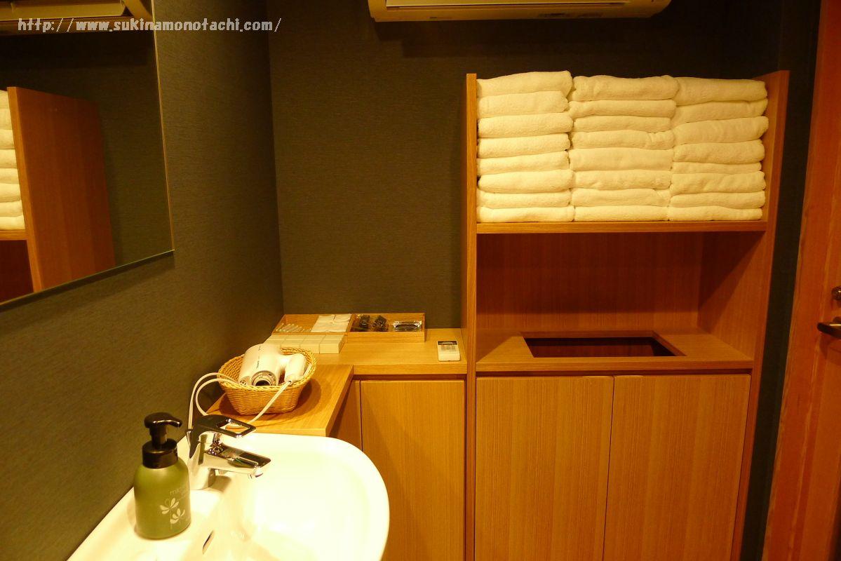 萃 sui-諏訪湖(すい すわこ)の展望露天風呂「綿雫」の洗面台とタオル類
