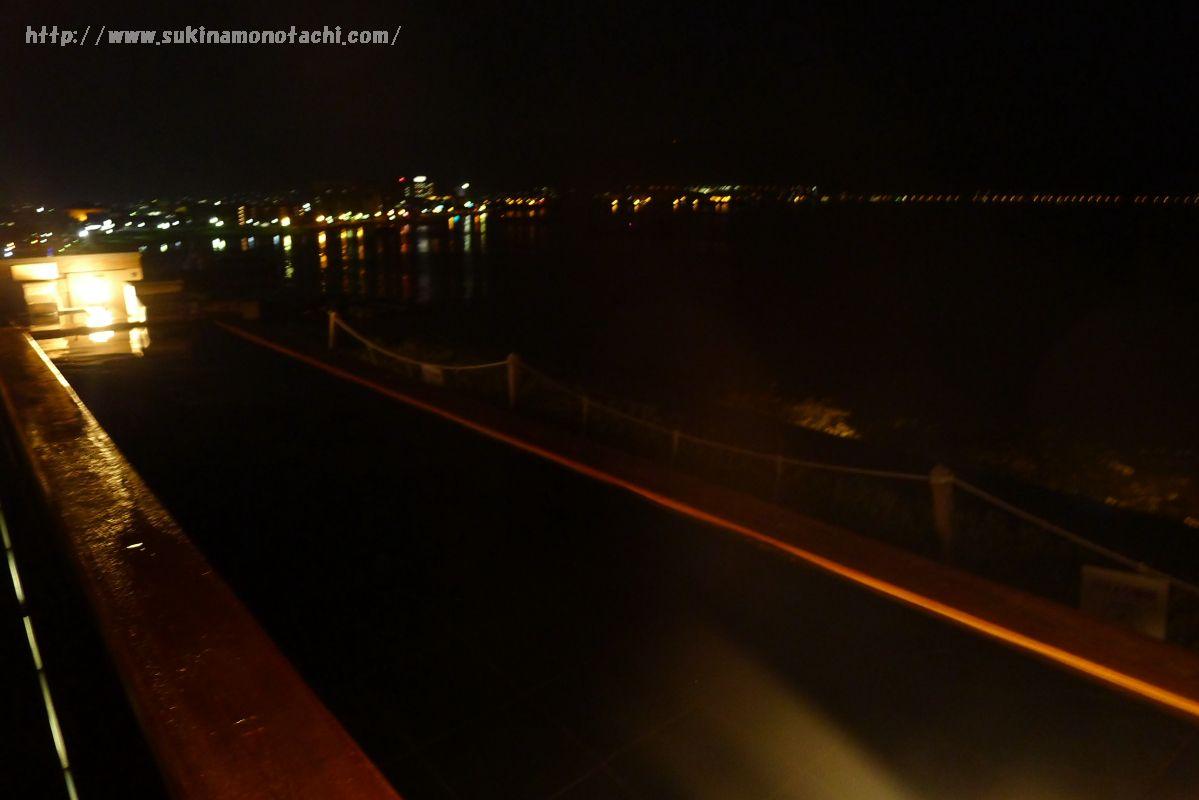 萃 sui-諏訪湖(すい すわこ)の展望露天風呂「綿雫」の夜の光景 諏訪湖の対岸に灯りが見える
