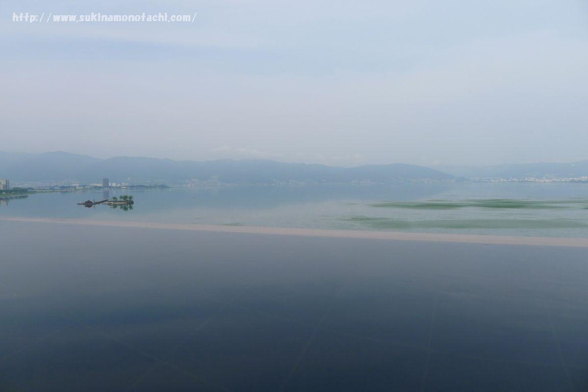 萃 sui-諏訪湖(すい すわこ)の展望露天風呂「綿雫」から見る諏訪湖の水面と一体化したような絶景
