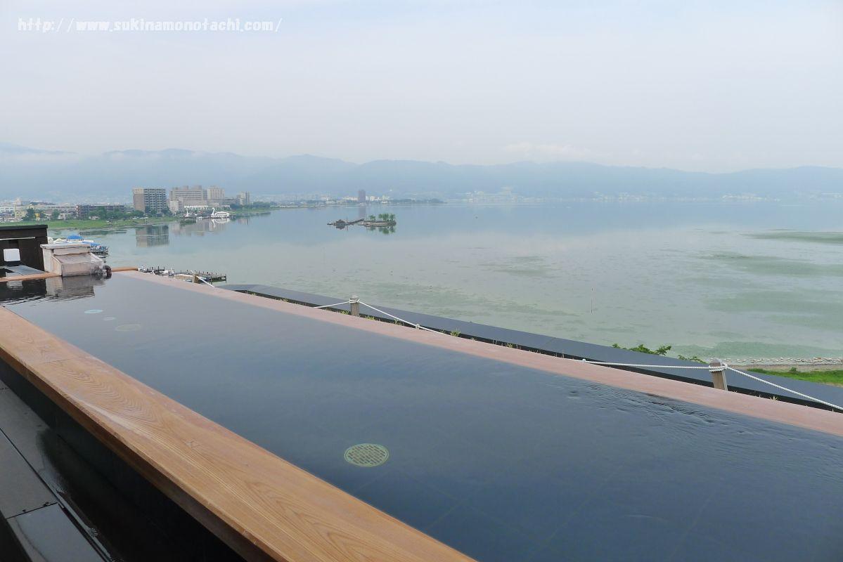 萃 sui-諏訪湖(すい すわこ)の展望露天風呂「綿雫」 浴槽から見える景色