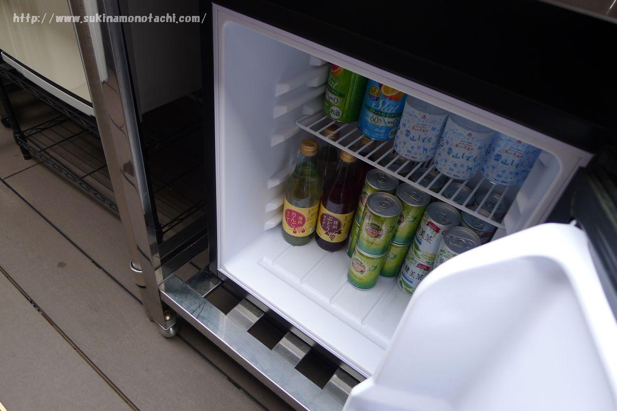 萃 sui-諏訪湖(すい すわこ)の展望露天風呂「綿雫」の休憩デッキに置かれた冷蔵庫とドリンク