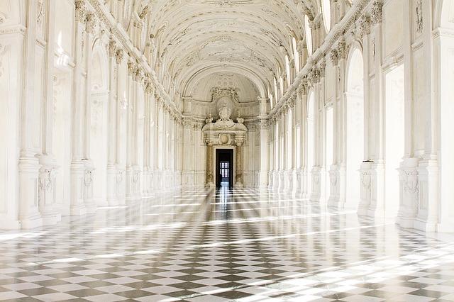 王室を舞台にしたおすすめ映画。豪華なコスチューム、インテリアが魅力的。イギリス、フランス、デンマークなど。