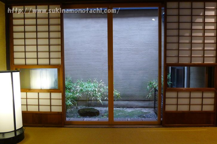 【京都・町家に宿泊】再訪・庵町家ステイで町家まるごと貸切り。石不動之町町家は中庭と丸窓が印象的な小さな町家です。