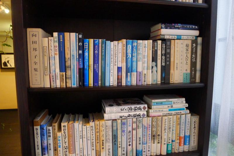 箱根仙石原温泉オーベルジュ漣の共有スペースに置かれた書棚には小説やエッセイなどが並んでいる
