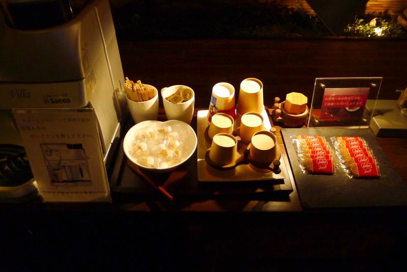 箱根仙石原温泉オーベルジュ漣のラウンジではお菓子とお茶がセットされていて自由に食べられる