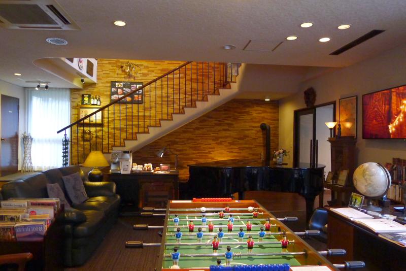 箱根仙石原温泉オーベルジュ漣のラウンジの奥にはレストランに続く階段がある