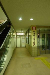 箱根湯本駅にあるキャリーサービスの荷物預り所はエスカレータ脇にある