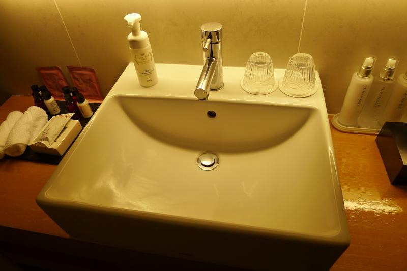 箱根仙石原温泉オーベルジュ漣で宿泊した専用露天風呂付き客室カモミールの白くてシンプルな洗面台