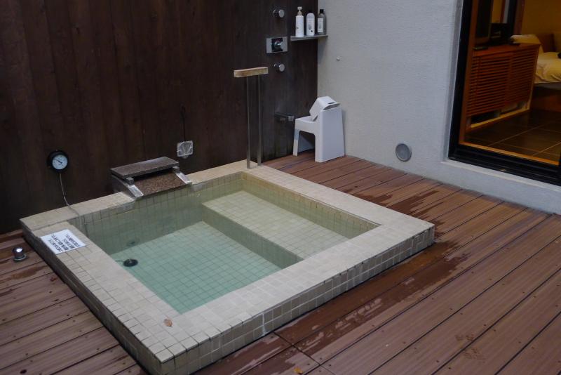 箱根仙石原温泉オーベルジュ漣で宿泊した専用露天風呂付き客室カモミールのお風呂