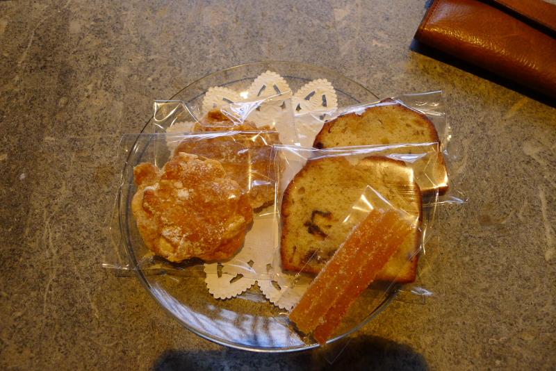 箱根仙石原温泉オーベルジュ漣で宿泊した専用露天風呂付き客室カモミールに置かれた手作り風のお菓子