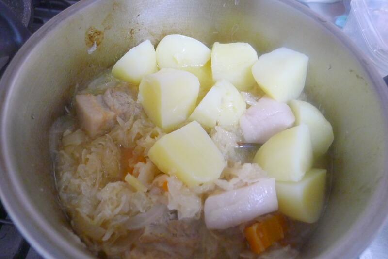 ザワークラウトの煮込みの作り方 じゃがいもは後から加える。煮る時間は少なめで。