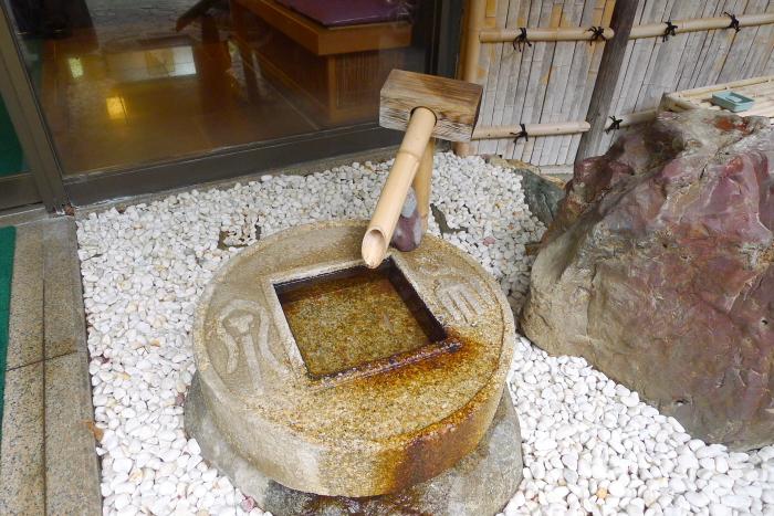 湯河原温泉の若松ゆがわら石亭の玄関