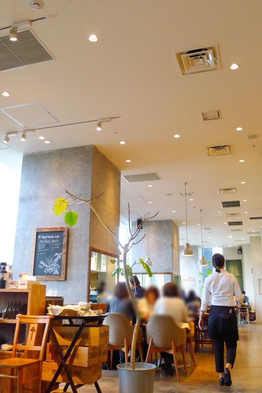 飯田橋 サクラテラスにあるロイヤルガーデンカフェの明るい店内の様子