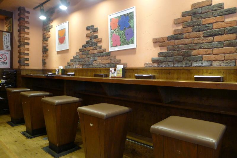 水道橋駅近くのステーキと焙煎カレーの店ふらんす亭の店内にはカウンター席がある
