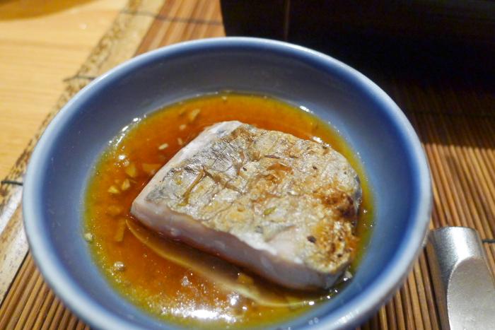 ねの湯 対山荘の夕食の太刀魚に葱ソースをつけて食べるところ