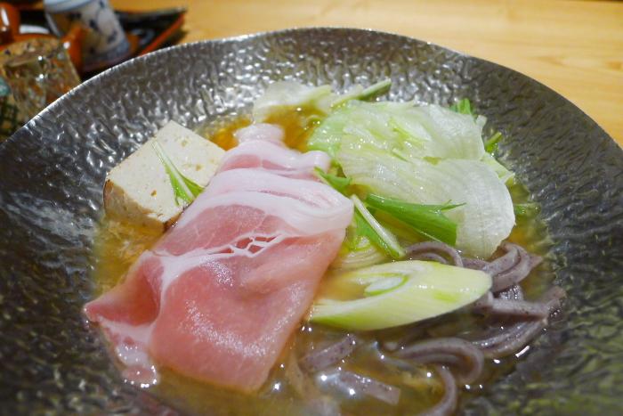 ねの湯 対山荘の夕食の台のものに野菜とお肉と入れた