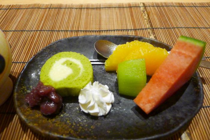 ねの湯 対山荘の夕食の抹茶ロールケーキとフルーツ