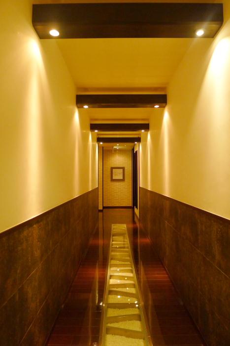 湯河原温泉_オーベルジュ湯楽のピノラクーレへ向かうおしゃれな廊下