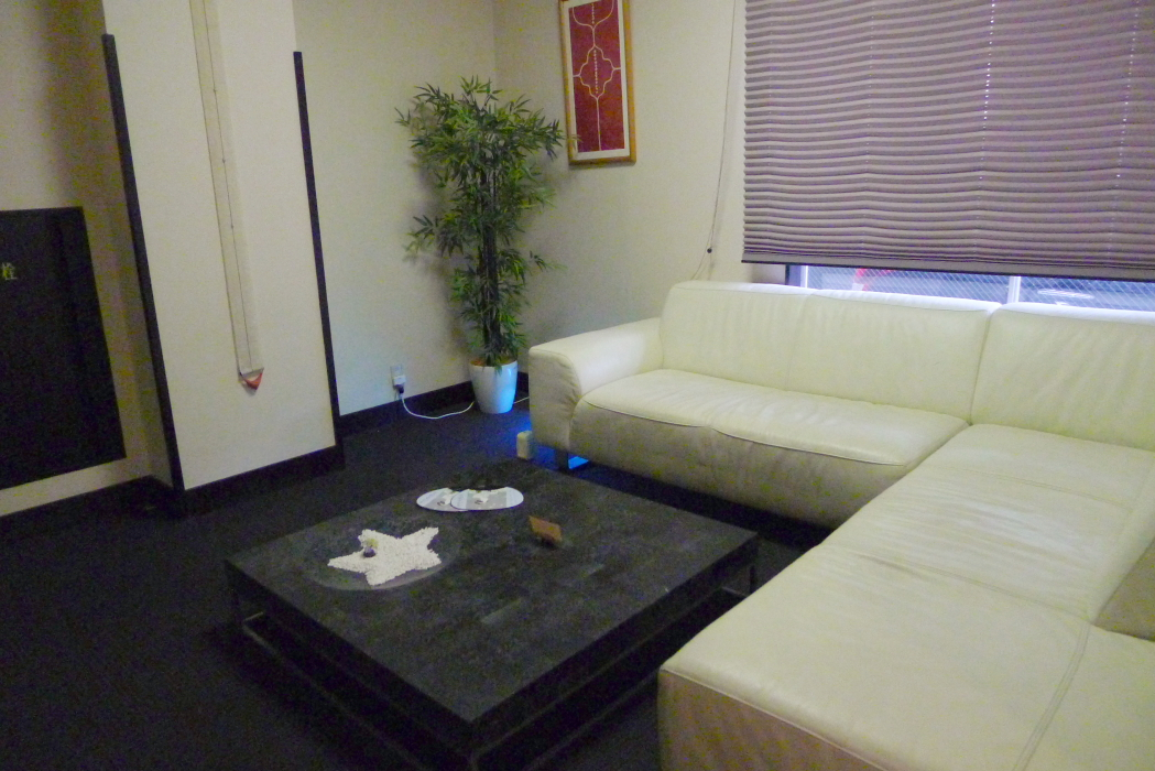 オーベルジュ湯楽のロビーのソファとテーブル