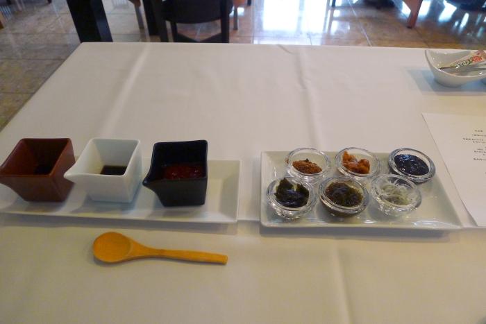 オーベルジュ漣の朝食、ドレッシングとご飯のおとも