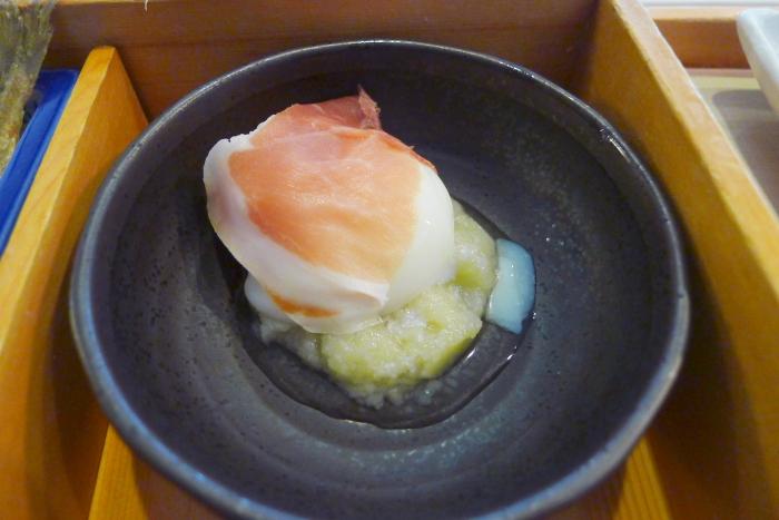 オーベルジュ湯楽の朝食、温泉卵の生ハム添え