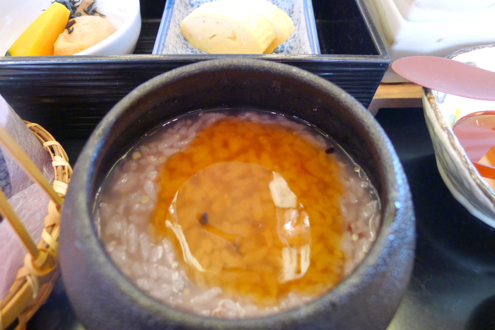 皆生温泉の松月の朝食、おかゆにかつおだしをかけて食べる