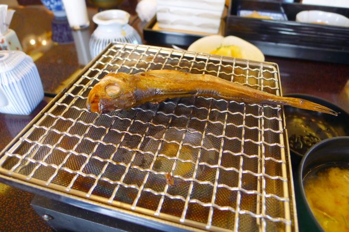 皆生温泉の松月の朝食、網に乗せて火であぶってハタハタを温める