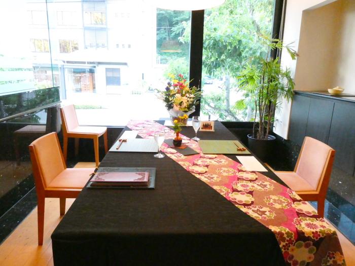 オーベルジュ鈴鐘_夕食の個室のテーブルセッティング