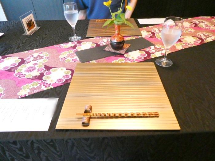 オーベルジュ鈴鐘_夕食でテーブルにセッティングされたゴージャスなプレートと橋