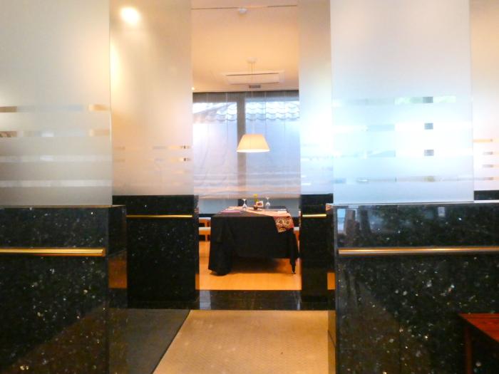 オーベルジュ鈴鐘_夕食を食べるレストランのガラスで区切られた個室