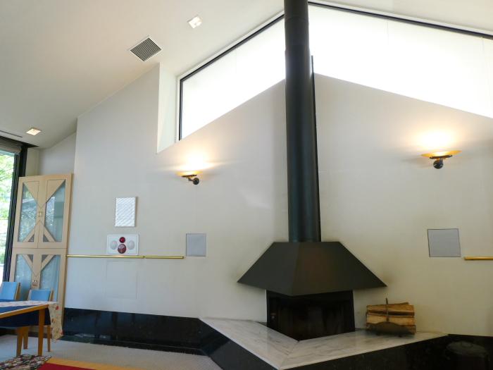 オーベルジュ鈴鐘_朝食のレストランにある大きな暖炉
