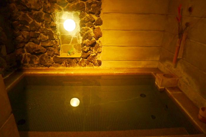 ねの湯対山荘_大浴場のライトと浴槽