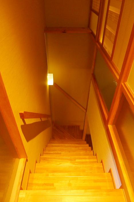 修善寺温泉_ねの湯対山荘_メゾネット式客室の階段を2階から見下ろした