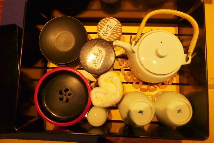 修善寺温泉_ねの湯対山荘_メゾネット式客室 テーブルの上のお茶セット