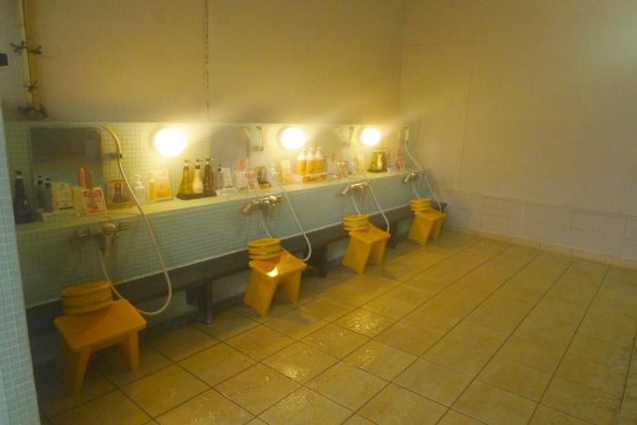 オーベルジュ湯楽の石造りの大浴場の洗い場