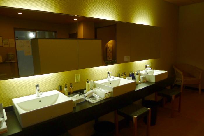 オーベルジュ湯楽の石造りの大浴場の脱衣所洗面台
