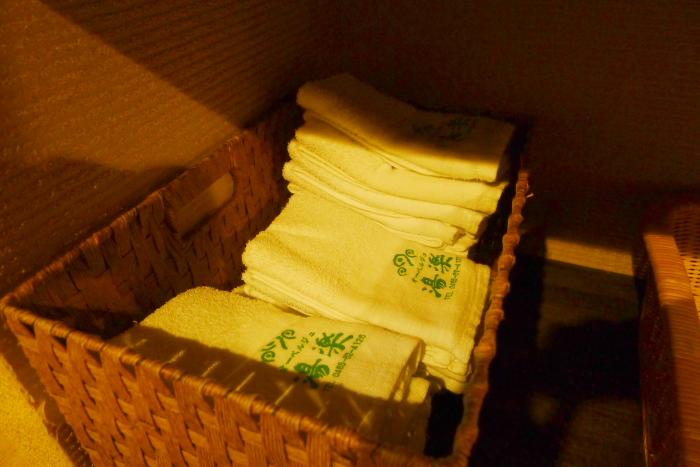 オーベルジュ湯楽の石造りの大浴場の脱衣所にあるフェイスタオル