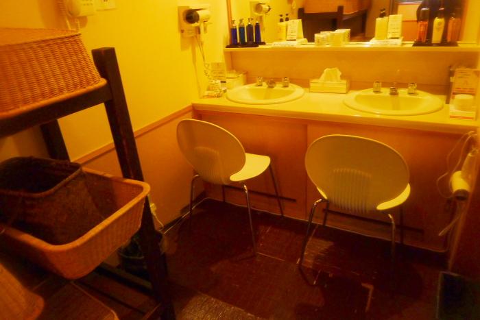 オーベルジュ湯楽の古代檜風呂の洗面台