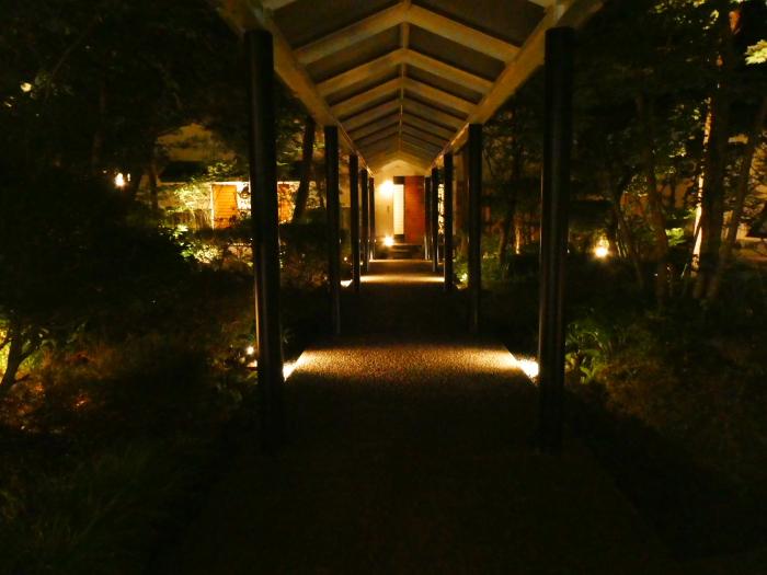 オーベルジュ鈴鐘の中庭、夜の風景