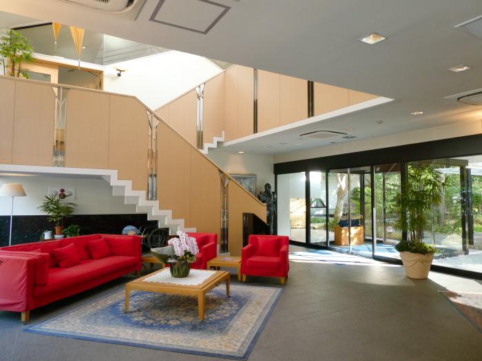 磐梯熱海温泉 オーベルジュ鈴鐘のカッシーナの家具が置かれたロビー