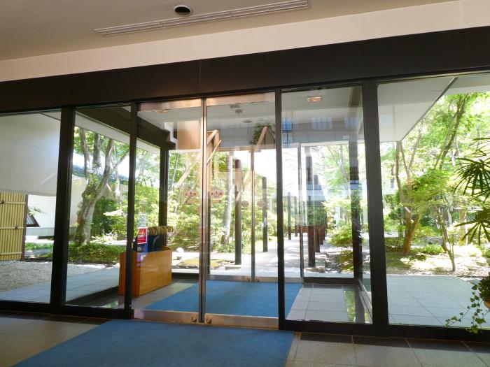 磐梯熱海温泉のオーベルジュ鈴鐘の御ロビーから客室に向かうドア