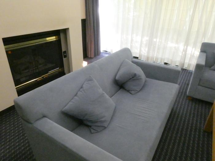 オーベルジュ鈴鐘_部屋(藍)リビングのカッシーナのソファ