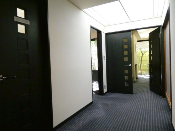 オーベルジュ鈴鐘_藍の玄関から伸びる廊下