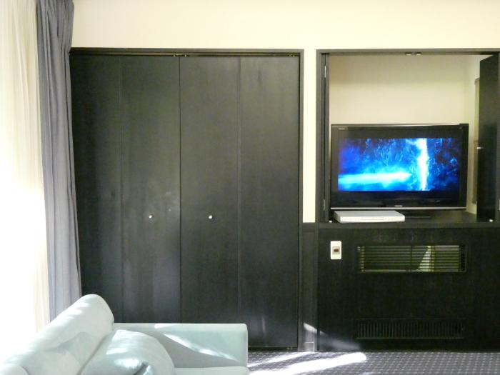 オーベルジュ鈴鐘_部屋(藍)リビングの棚とテレビ