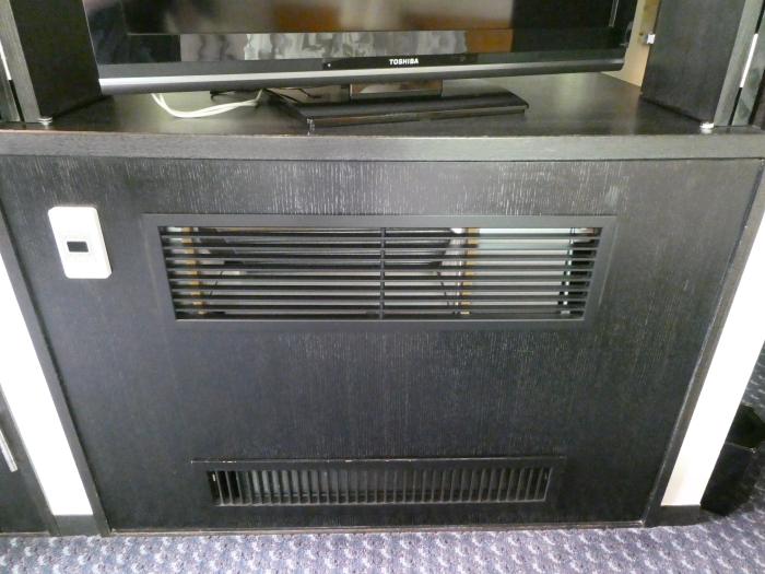 オーベルジュ鈴鐘_藍の寝室に設置されたエアコン