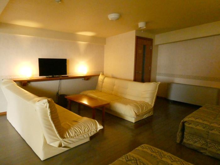 淡路島_うめ丸_露天風呂付き客室の2階のソファー