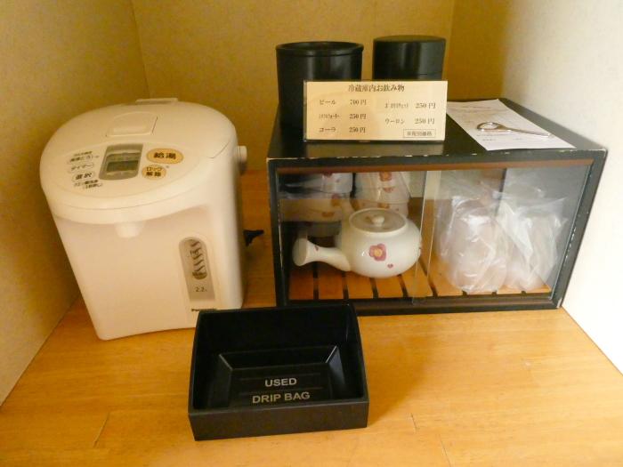 淡路島_うめ丸_露天風呂付き客室冷蔵庫上のお茶類